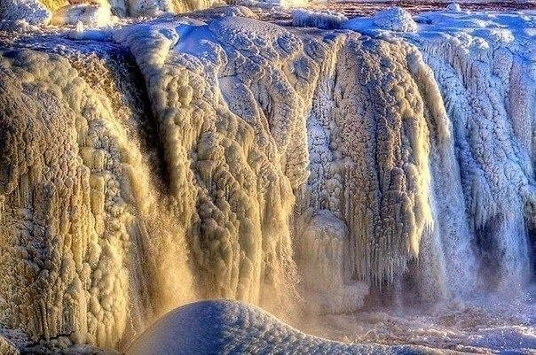 Замёрзший водопад ридо в канадской