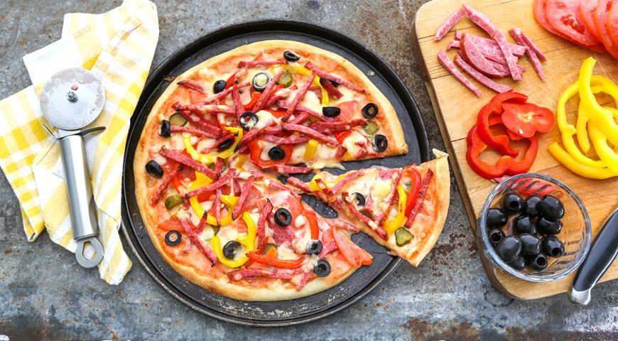 Пицца с копченой колбасой