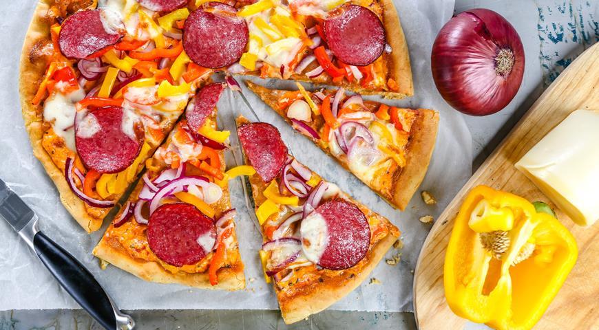 Пицца с болгарским перцем и колбасой
